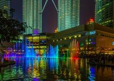 Petronas si eleva in fontana di scena di notte a Kuala Lumpur, Malaysi Immagini Stock Libere da Diritti