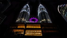 Petronas si eleva Kuala Lumpur alla notte Fotografie Stock
