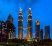 Petronas si eleva nella scena di notte a Kuala Lumpur, Malesia Fotografia Stock