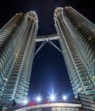 Petronas si eleva notte a Kuala Lumpur, Malesia Immagini Stock