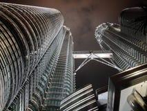 Petronas si eleva vista terrestre Fotografie Stock