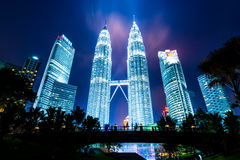 Petronas står högt bakgrund bak konturbron Arkivfoton