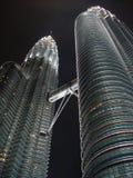 Petronas står högt på natten - skyskrapaperspektiv Fotografering för Bildbyråer