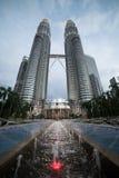 Petronas-Türme und -brunnen Stockfoto