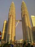 Petronas torn Kuala Lumpur på solnedgången Royaltyfri Bild