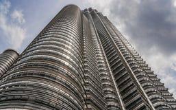 Petronas torn på den breda vinkeln i Kuala Lumpur Arkivbilder