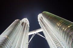 Petronas torn på natten Arkivfoton