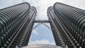 Petronas tvillingbröder med snabb flyttning fördunklar Time-schackningsperiod nedersta sikt stock video