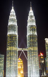 Petronas tvillingbröder vid natt Arkivbild