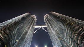Petronas tvillingbroder vid natt Arkivfoto
