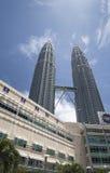 Petronas tweelingtoren en Suria KLCC Stock Fotografie