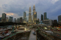 Petronas Tweelingtorens bij schemering op 19 Januari, 2015 in Kuala Lumpur Royalty-vrije Stock Afbeeldingen