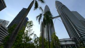 Petronas Tweelingtorens in Kuala Lumpur, Maleisië stock videobeelden