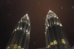 petronas tweelingtorens in regenachtige nacht Stock Afbeelding
