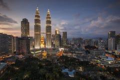 Petronas-Twin Tower-Dämmerung während der blauen Stunde, Ansicht vom Händlerhotel skybar stockfoto
