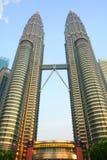 Petronas-Twin Tower an der Dämmerung stockbilder