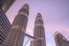 Petronas wierza przy półmrokiem fotografia stock