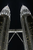 Petronas-Zwilling-Kontrolltürme bis zum Nacht, Kiloliter, Malaysia Stockfoto