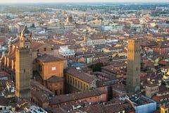 Petronio и башни san базилики в городе болонья Стоковая Фотография
