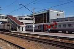 PETROPAVL, CAZAQUISTÃO - 24 DE JULHO DE 2015: O russo treina na estação de trem central de Petropavl Petropavlovsk foto de stock