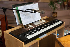 PETROPAVL, CAZAQUISTÃO - 24 DE JULHO DE 2015: Sintetizador em Roman Catholic Church do coração o mais sagrado de Jesus em Petropa Fotos de Stock