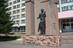 PETROPAVL, KASACHSTAN - 24. JULI 2015: Skulptur der Frau vor dem Hotel Kyzyl-Zhar Lizenzfreie Stockfotografie