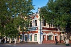 PETROPAVL, KASACHSTAN - 24. JULI 2015: Typisches altes historisches Gebäude in der Mitte der Stadt lizenzfreies stockbild