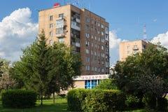 PETROPAVL, KASACHSTAN - 24. JULI 2015: Typisches altes sowjetisches mehrstöckiges Gebäude in der Stadt lizenzfreies stockfoto