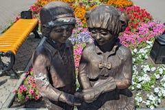 PETROPAVL, KAZACHSTAN - JULI 24, 2015: Stadsbeeldhouwwerk van kinderen die een duif in hun handen als symbool van vrede houden Stock Fotografie