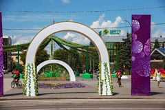 PETROPAVL, KAZAJISTÁN - 24 DE JULIO DE 2015: Decoraciones festivas en el nombre ruso de la ciudad de Petropavl - Petravlosk de la fotografía de archivo