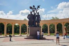 PETROPAVL, KAZAKHSTAN - 24 JUILLET 2015 : Sculptures du poète russe célèbre Alexander Pushkin et de poète Abai Qunanbaiuli de kaz Photo libre de droits