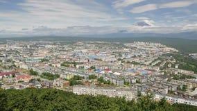 Petropavlovsk Kamchatsky på bakgrunden av Avacha gruppvolcanoes stock video
