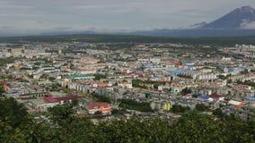 Petropavlovsk Kamchatsky på bakgrunden av Avacha gruppvolcanoes lager videofilmer