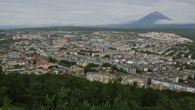 Petropavlovsk Kamchatsky på bakgrunden av Avacha gruppvolcanoes lagerför längd i fot räknatvideoen lager videofilmer