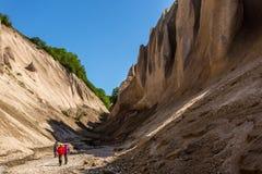 Petropavlovsk-Kamchatsky region, Ryssland - Juli 18, 2018: Grupp av turister som går nära den Kuthin bataen, Kamchatka, Kronotsky arkivfoto