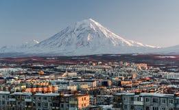 petropavlovsk pejzaż miejski i Koryaksky wulkan zdjęcia royalty free