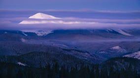 Petros vinterberg i snö på soluppgång Royaltyfri Fotografi