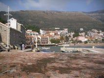 Petrovac, la ciudad vieja, Montenegro el pequeño puerto Imágenes de archivo libres de regalías