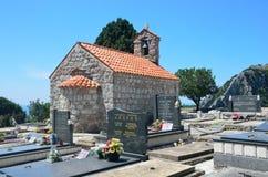 Petrovac, Montenegro, 22 Juni, 2015 De kerk van Dormition in het centrum van de begraafplaats in oud klooster Gradiste, Mon Stock Afbeelding