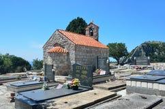 Petrovac, Montenegro, 22 Juni, 2015 De kerk van Dormition in het centrum van de begraafplaats in oud klooster Gradiste, Mon Stock Afbeeldingen