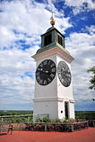 Petrovadarin historiskt torn Arkivbild