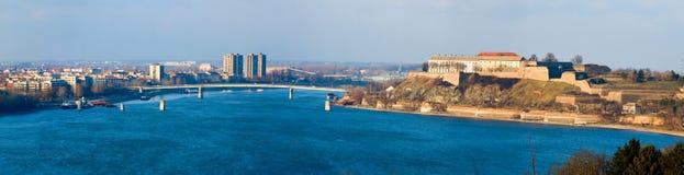Petrovaradin-Festung auf blauer Donau Stockbild