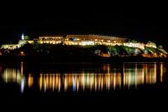Petrovaradin forteca na rzecznym Danube iluminującym przy nocą Novi Sad, Serbia fotografia royalty free