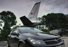 Petrovice, Ustecky kraj, republika czech - Czerwiec 09, 2019: czarny samochodowy Opel Astra przed samolotu Tupolev T-104 dzisiaj  zdjęcie stock