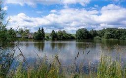 Petrovicky damm och hus, landskap med reflexioner Royaltyfria Bilder