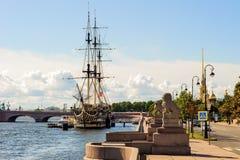Petrovskaya invallning av den Neva floden royaltyfria bilder