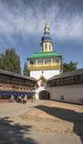 Petrovskaya-Turm über den heiligen Türen im Pskov-Pechora Mona Stockfotografie
