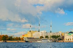 Petrovsky堤防城市视图,内娃河和大型驱逐舰在圣彼德堡,俄罗斯增光 免版税库存照片
