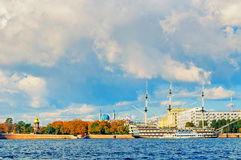 Petrovsky堤防城市视图,内娃河和大型驱逐舰在圣彼德堡,俄罗斯增光 库存图片
