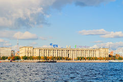 Petrovsky堤防-人` s军粮供应苏联海军,圣彼德堡,俄罗斯的雇员的住宅房子 库存照片
